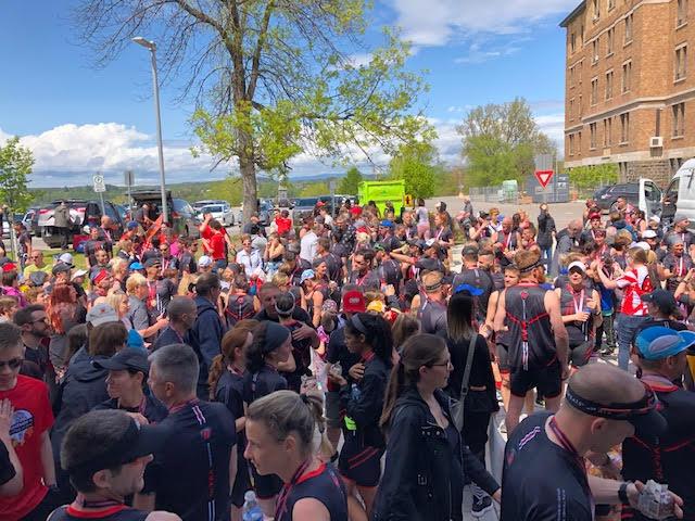 Regroupement des participants et de leurs proches devant de Cégep de Chicoutimi.