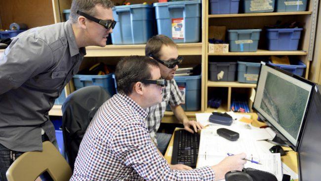 Munis de lunettes 3D, les étudiants inscrits en technologie forestière du Cégep de Chicoutimi peuvent visualiser le parterre forestier dans les moindres détails. Le journaliste Denis Villeneuve, à l'avant, a d'ailleurs expérimenté le programme, sous les bons conseils de Maxim Maltais et de Pascal Blackburn-Rogers. LE PROGRÈS-DIMANCHE, JEANNOT LÉVESQUE