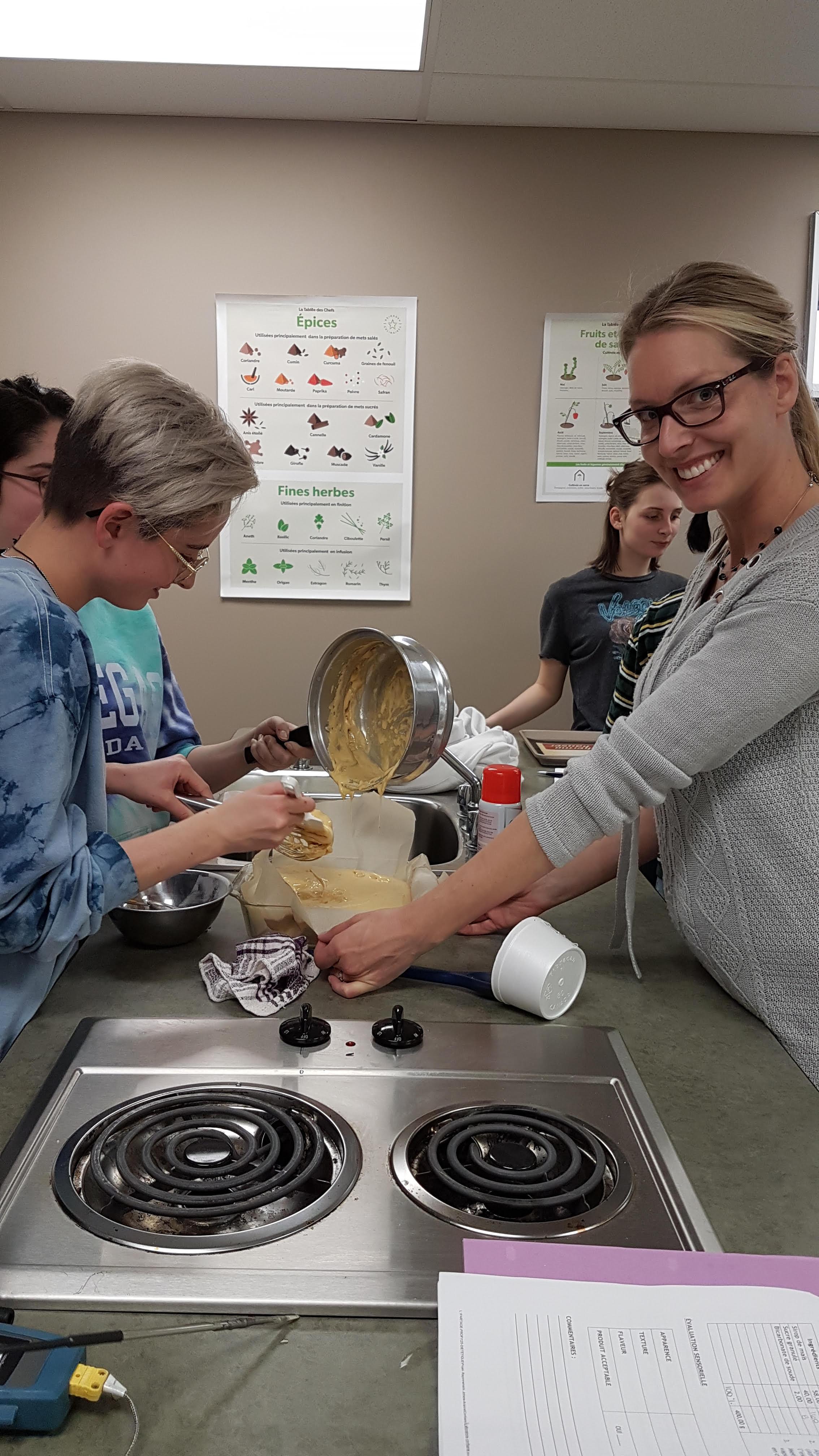 Une étudiante et une enseignante du secondaire Kénogami qui mettent leur préparation dans un moule à gâteau.