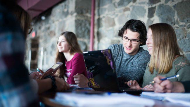 Photo de deux élèves en comptabilité
