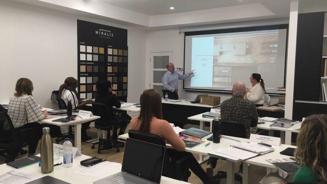 Des enseignants et une étudiante en Technologie de l'architecture du Cégep de Chicoutimi ont assisté au lancement de la première formation de designer cuisiniste de la compagnie Miralis à Rimouski.