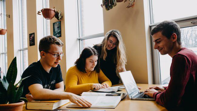 Des étudiants font un travail d'équipe dans un cours d'Histoire et civilisation