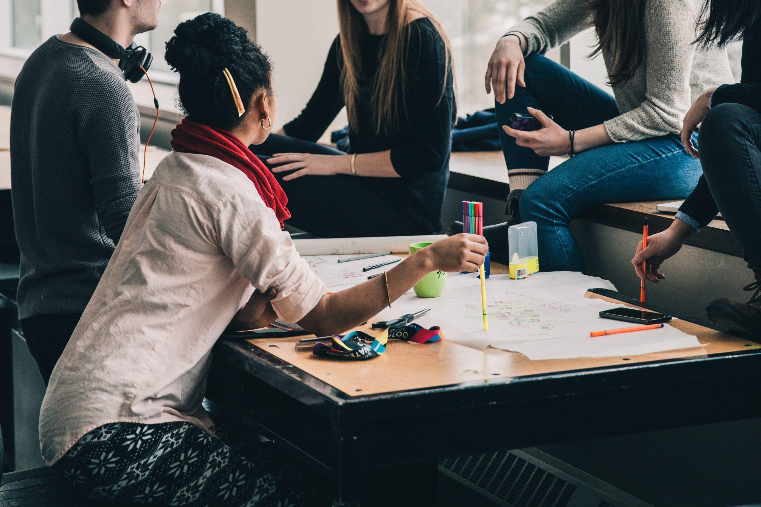 Les directions générales de 12 cégeps de régions éloignées dont le Cégep de Chicoutimi sont fières d'annoncer la création du Regroupement des cégeps de régions (RCR), une instance qui découle d'un comité qui a été formé il y a un an et qui s'officialise aujourd'hui.