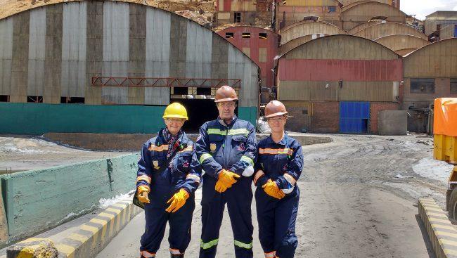 Anny Harvey, conseillère pédagogique, Rémy Laprise, enseignant au département du génie métallurgique et Amélie Binette, coordonnatrice du projet lors de la visite de l'usine de concentration du minerai de zinc et d'étain de Colquiri en Bolivie.