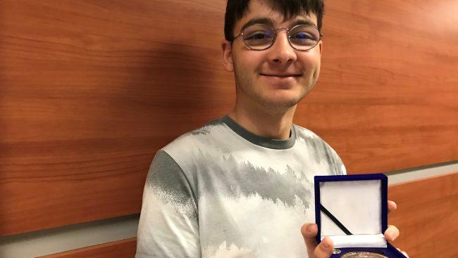 La médaille du Lieutenant-gouverneur du Québec pour la jeunesse de l'honorable J. Michel Doyon a été décerné à l'étudiant en Arts, lettres et communication du Cégep de Chicoutimi, M. Simon Desbiens, pour l'ensemble de son dossier d'engagement culturel.