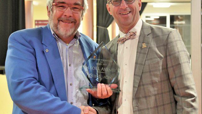 Photo portrait de l'enseignant Joël Avenel avec son prix et du directeur des études Christian Tremblay.