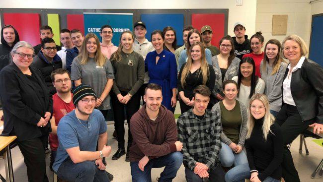 Sensibilisation politique pour les jeunes étudiants de Chicoutimi avec deux députés.