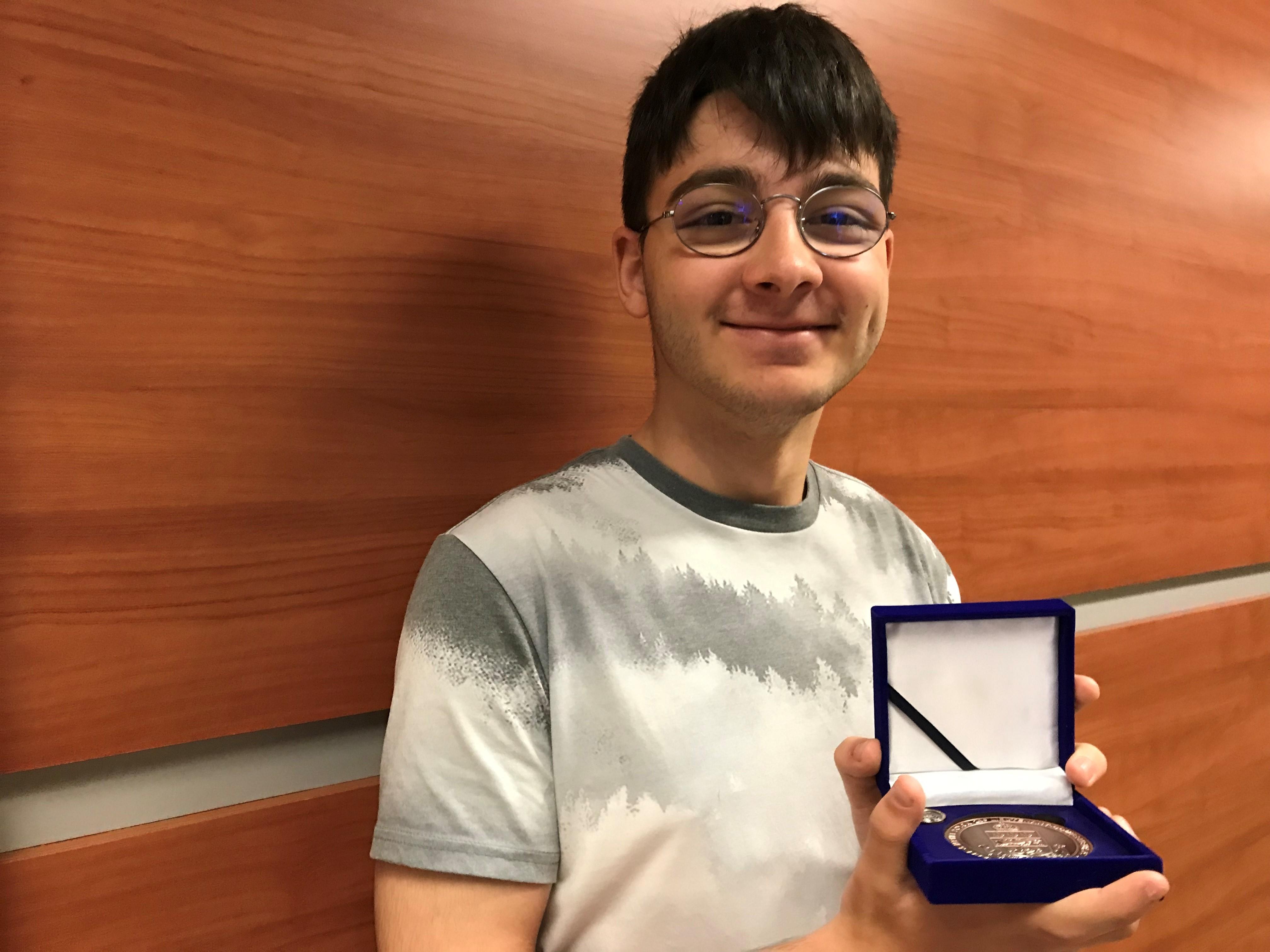 Photo portrait de Simon Desbiens avec son prix.